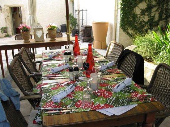 Domaine Le Bois Des Dames : table d'hôtes.
