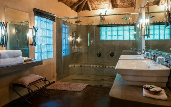 Gorges and Little Gorges Lodge: Bathroom with double showers