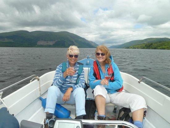Letterfinlay Lodge Hotel : Enjoying some delicious 'fizz' on boat trip on Loch Lochy