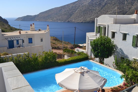 Margado Accommodations : piscine et vue sur la baie