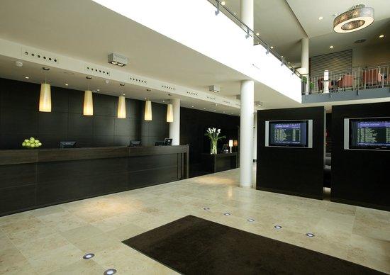 NH Stuttgart Airport: Reception/Lobby