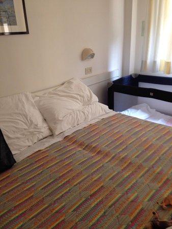 Hotel Helvetia : Camera con lettino.