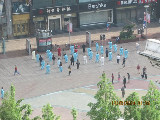 Howard Johnson Plaza Shanghai: morning tai chi-