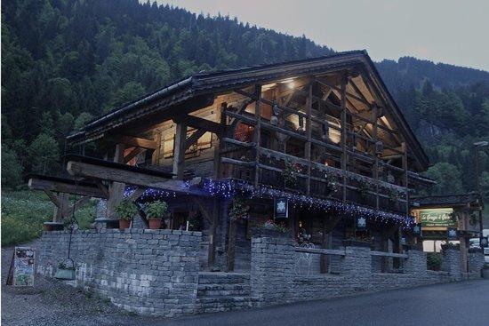 La Grange a Germaine Chalet Hotel & Spa: A la nuit tombée
