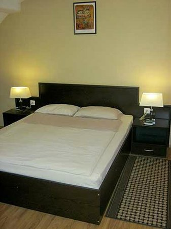 Zora Hotel: Spacious room and comfortable bed