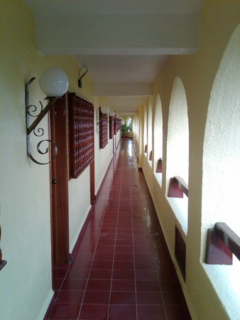Suites Colonial: walkway to your room