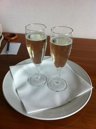 Radisson Blu Hotel, Manchester Airport: champagne in room
