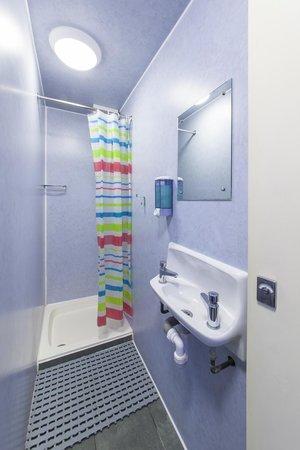 Astor Victoria Hostel: Bathroom