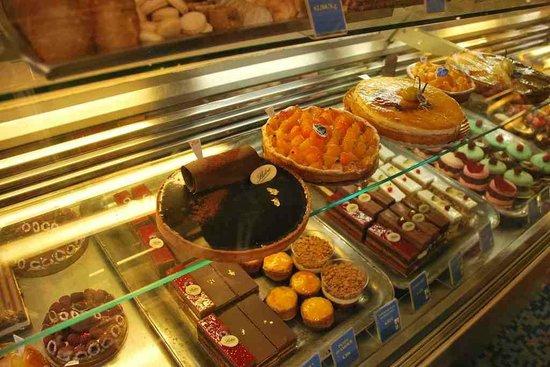 Patisserie Stohrer : standard offerings of pastries