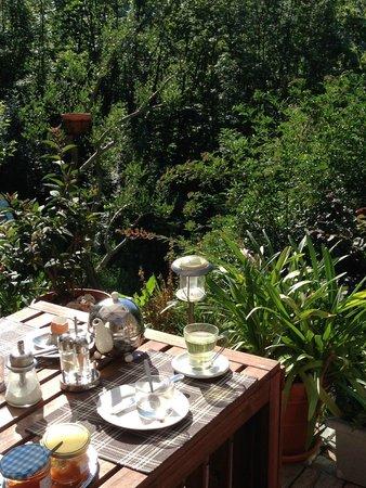 La Bastide de Trémiéjols : La table sur la terrasse pour des repas délicieux et animés
