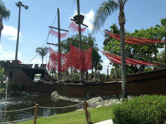 Smugglers Cove Adventure Golf : Pirate Ship