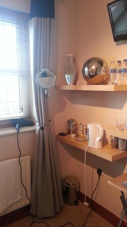 Lanes Guest House: don't worry, you will have a nice hairdryer and a well lit make up mirror!