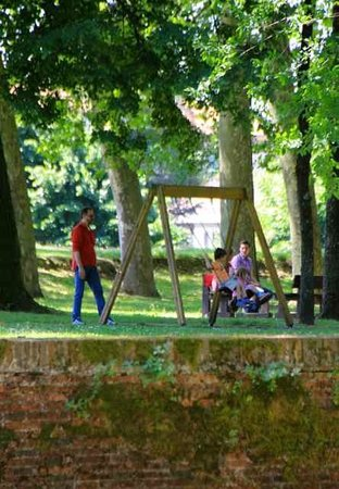 Le mura di Lucca : enjoying the coolness of the walls