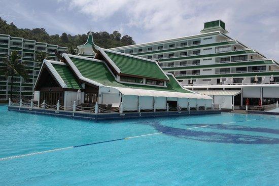 Le Meridien Phuket Beach Resort: hotel pool