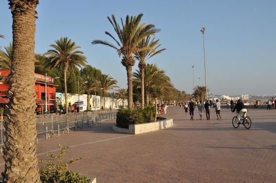 Seafront promenade: Променад днём.