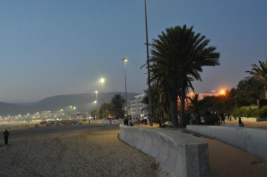 Seafront promenade: Вечер у океана.