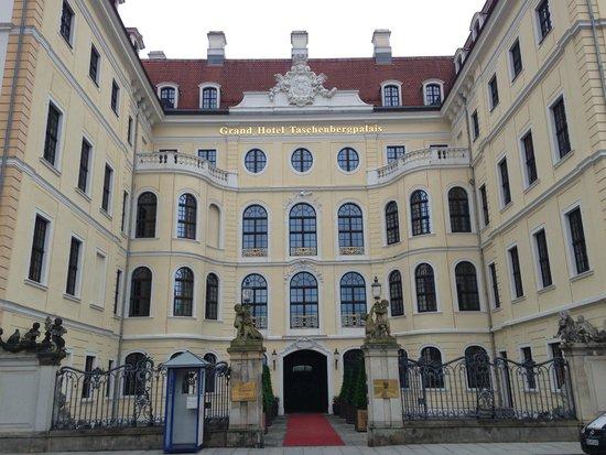 Hotel Taschenbergpalais Kempinski: Fachada do hotel