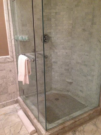 Mandarin Oriental, Washington DC: Large glass shower stall