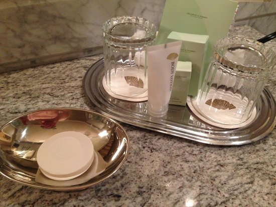 Mandarin Oriental, Washington DC: Toiletries and glass tumblers