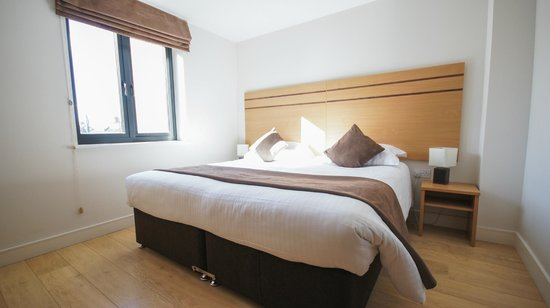 Crompton House Apartments: King-size bedroom