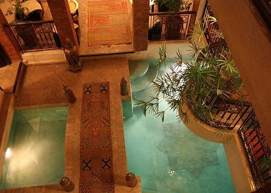 Riad Al Rimal: Entrance by night