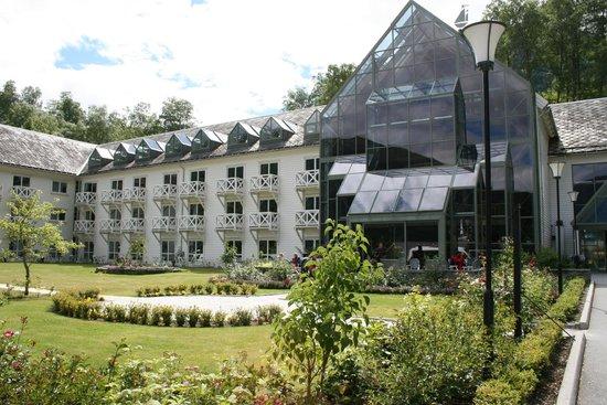 Fretheim Hotel: Walking up path toward the hotel entrance