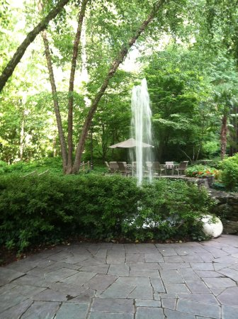 Crowne Plaza Atlanta Perimeter at Ravinia: beautiful backyard