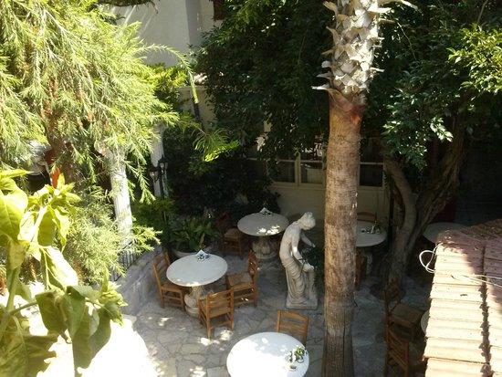 Kiniras Hotel: внутренний дворик.