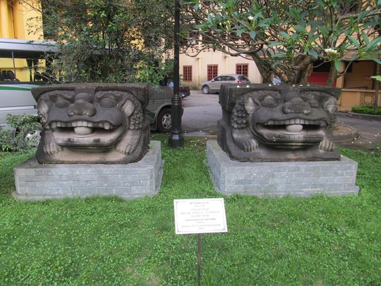 Vietnam National Museum of History: Statue bases in lion form