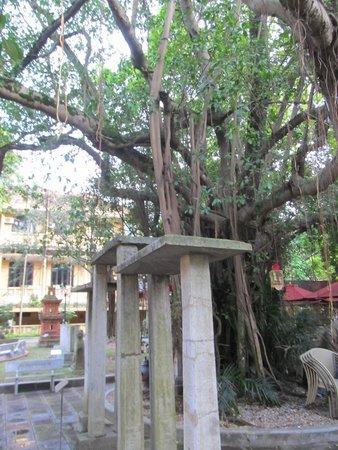 Vietnam National Museum of History: Simple sculpture