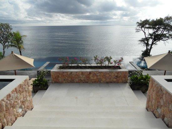 Villa Bukit Segara: vue depuis l'entrée/salle de restaurant sur piscine et mer derrière