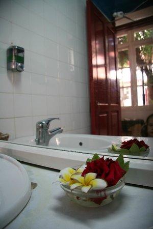 Kiniras Hotel: цветы в туалете на первом этаже