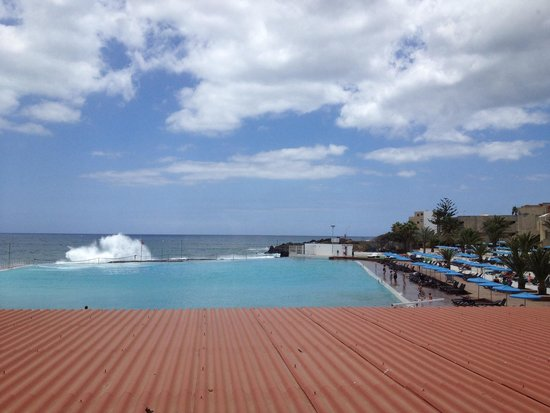 Alborada Beach Club: Waves crashing in to the pool!