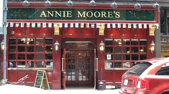 Annie Moore's Bar & Restaurant: Vue du pub depuis la rue