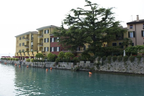 Hotel Sirmione: View from the other side of the Marina