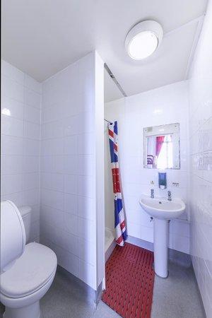 Astor Queensway Hostel: Bathroom