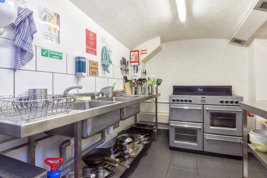 Astor Queensway Hostel: Kitchen