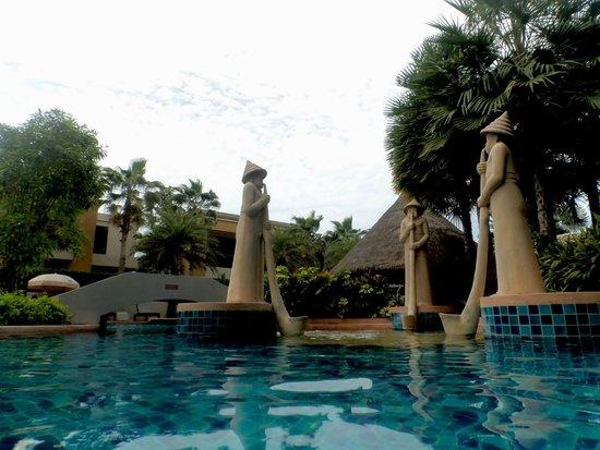 Rawai Palm Beach Resort: Pool area with massage