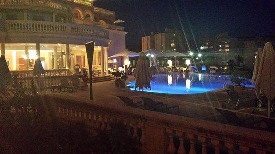 Hotel Pure Salt Port Adriano: Pool at night