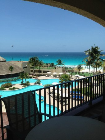 Emporio Hotel & Suites Cancun: View from our room to the pool and ocean
