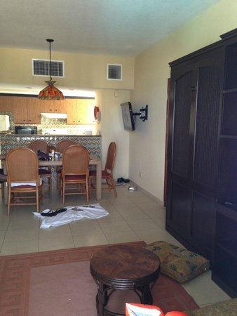 Emporio Hotel & Suites Cancun: dining table and kitchen from the living room