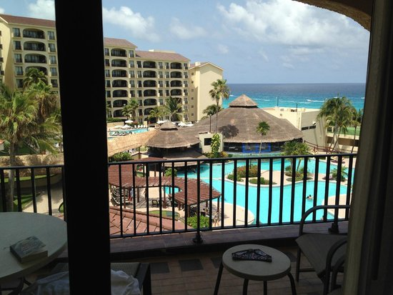 Emporio Hotel & Suites Cancun: View to the pool bar and restaurant