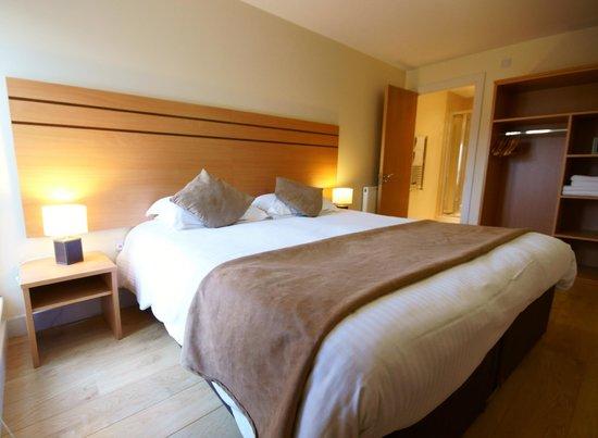 Crompton Court: King-size bedroom with en-suite