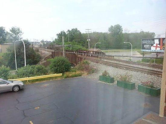 Super 8 Kenmore/Buffalo/Niagara Falls Area: Rail tracks (view from room)