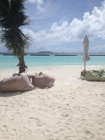 Kurumba Maldives: Beach lounge