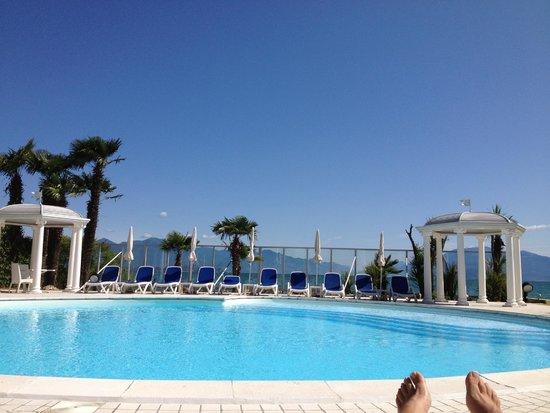 Hotel Lido International: foto della piscina con i miei piedi in vista!