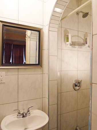 B & B Saint-Louis : Salle de bain privée chambre triple