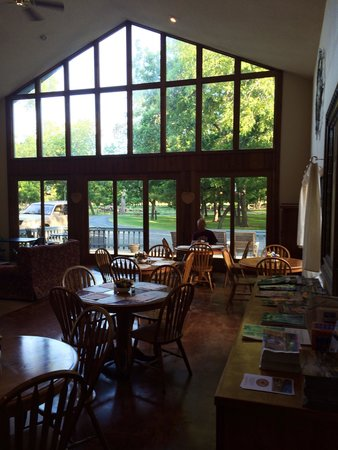 Utopia on the River: Breakfast room
