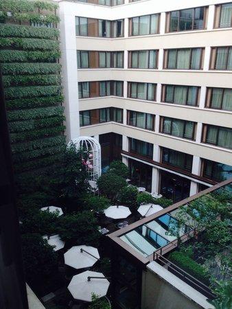 Mandarin Oriental, Paris: Beautiful quiet courtyard