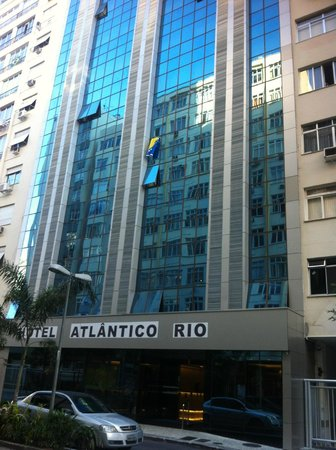 Atlântico Copacabana Hotel: View from the street2